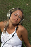 Donna che ascolta la musica esterna Fotografia Stock Libera da Diritti