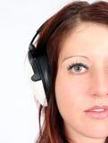 Donna che ascolta la sua musica favorita immagini stock libere da diritti