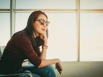 Donna che aspetta nell'aeroporto Immagine Stock Libera da Diritti