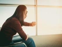 Donna che aspetta nell'aeroporto Fotografia Stock