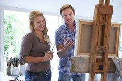Donna che assiste alla classe della pittura Immagine Stock