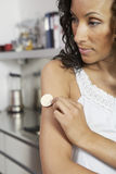 Donna che attacca la toppa del nicotina sul braccio fotografia stock