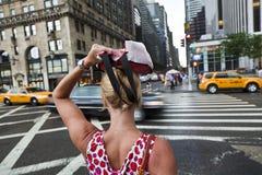 Donna che attraversa la via Immagine Stock