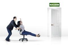 Donna che avanza velocemente verso la porta di successo Immagine Stock Libera da Diritti