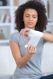 Donna che avvolge le mani con la fasciatura immagini stock