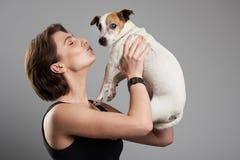 Donna che bacia cane immagini stock