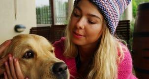 Donna che bacia il suo cane a casa 4k stock footage