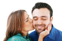 Donna che bacia il suo ragazzo Fotografia Stock