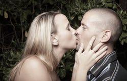 Donna che bacia l'uomo Immagine Stock