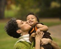 Donna che bacia ragazzo Fotografia Stock Libera da Diritti