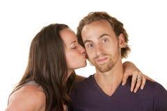 Donna che bacia uomo calmo Fotografie Stock