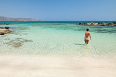 Donna che bagna in spiaggia di Elafonisi Fotografia Stock