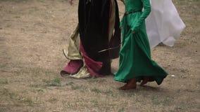 Donna che balla ballo tradizionale sulla terra nell'ambiente rurale all'aperto La gente esegue per la folla in un festival del vi stock footage