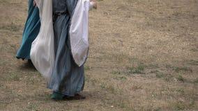 Donna che balla ballo tradizionale sulla terra nell'ambiente rurale all'aperto La gente esegue per la folla in un festival del vi archivi video