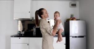 Donna che balla con la cucina sorridente del bambino stock footage