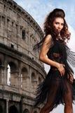 Donna che balla sopra con un Colosseo su una priorità bassa Fotografia Stock Libera da Diritti