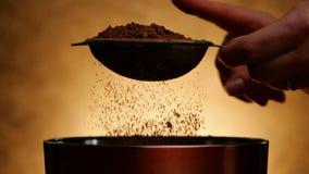 Donna che batte filtro con cacao per spruzzare in ciotola video d archivio