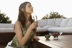 Donna che beve Champagne Outdoors Fotografia Stock Libera da Diritti