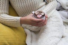 Donna che beve cioccolato caldo fotografie stock libere da diritti