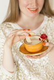 Donna che beve da una bella tazza arancio fatta a mano Fotografie Stock