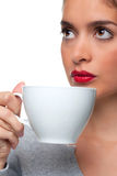 Donna che beve da una tazza di tè fotografie stock