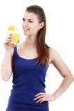 Donna che beve il succo di arancia che sorride mostrando gli aranci Immagini Stock