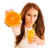 Donna che beve il succo di arancia che sorride mostrando gli aranci Giovane beaut Fotografia Stock Libera da Diritti