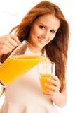 Donna che beve il succo di arancia che sorride mostrando gli aranci Giovane beaut Fotografie Stock