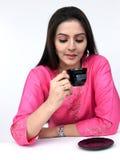 Donna che beve il suo tè Fotografia Stock