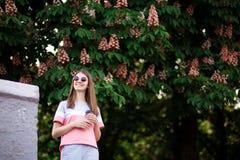 Donna che beve la natura godente all'aperto del caffè caldo durante la festa nel giorno di estate con la castagna su fondo fotografie stock