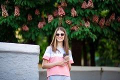 Donna che beve la natura godente all'aperto del caffè caldo durante la festa nel giorno di estate con la castagna su fondo immagini stock libere da diritti