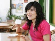 Donna che beve un caffè Fotografia Stock Libera da Diritti