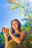 Donna che beve un cocktail della noce di cocco fotografia stock