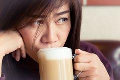 Donna che beve un latte del caffè immagine stock libera da diritti