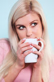 Donna che beve una tazza di tè Immagine Stock