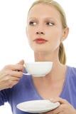 Donna che beve una tazza di tè Fotografie Stock Libere da Diritti