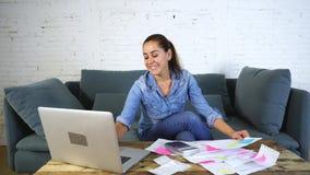 Donna che calcola e fatture di pagamento archivi video