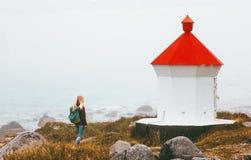 Donna che cammina al viaggio nebbioso di assolo del mare del faro fotografie stock libere da diritti