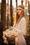 Donna che cammina alla foresta Immagini Stock