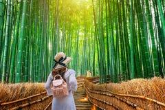 Donna che cammina alla foresta di bamb? a Kyoto, Giappone fotografie stock
