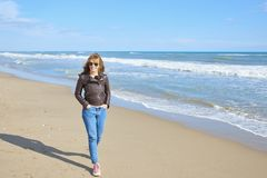 Donna che cammina alla spiaggia Fotografia Stock
