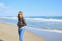 Donna che cammina alla spiaggia Fotografie Stock