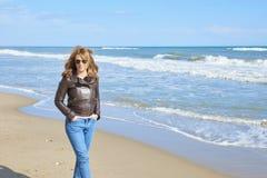 Donna che cammina alla spiaggia Immagini Stock Libere da Diritti
