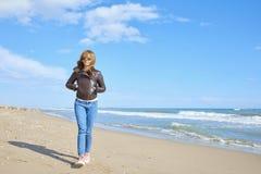 Donna che cammina alla spiaggia Fotografia Stock Libera da Diritti
