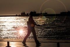 Donna che cammina alla spiaggia Alsancak - Smirne Turchia Immagini Stock Libere da Diritti