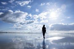 Donna che cammina alla spiaggia immagine stock