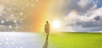 Donna che cammina in arcobaleno fotografie stock libere da diritti
