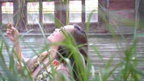 Donna che cammina attraverso il giardino