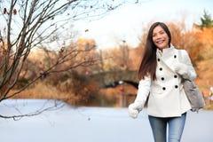 Donna che cammina in Central Park, New York Fotografia Stock
