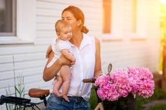 Donna che cammina con il bambino immagini stock
